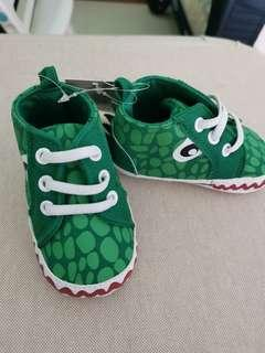 🚚 BN Baby Shoes green dinosaur