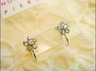 🚚 日本一體成型白色小花夾式耳環