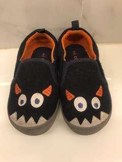 CARTERS slip on monster shoes (US size 7)