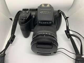 🚚 Fujifilm camera with 24-720 lens