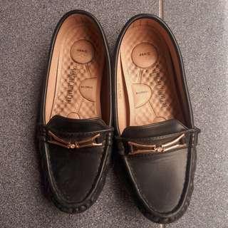 Yongki komaladi black platshoes