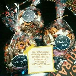 Jom order chocolate covered pretzel.RM20-50pcs.Flavor white chocolate strawberry dark chocolate.Pm.Tq