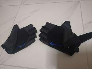 🚚 Nike gloves size M