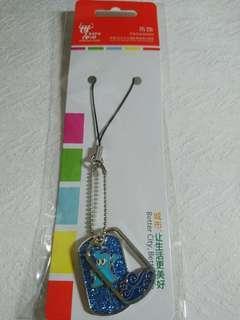 🚚 【全新】2010 上海 世界博覽會 世博 Expo 海寶鏤空波紋手機吊飾 手機 紀念 吊飾