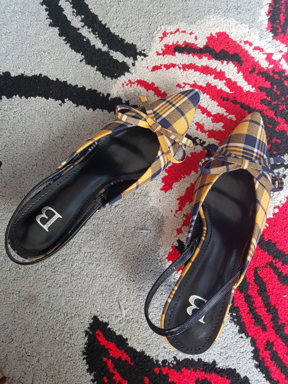 Sepatu hils tartan