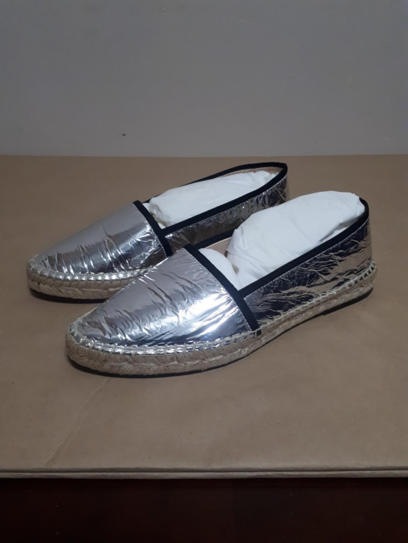 Stuart Weitzman Evon Flat Argento Silver Crinkled Foil Leather Size 8.5
