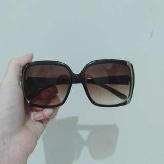 Kacamata hitam santai