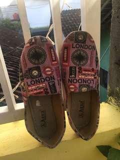 Sepatu slip on london patterned