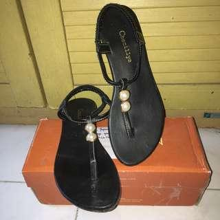 Sepatu sandal hitam