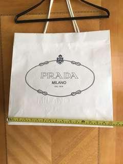 Prada 壓花紙袋