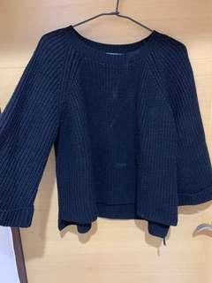 🚚 黑色喇叭袖毛衣