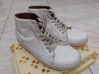 Sepatu putih by adorableproject