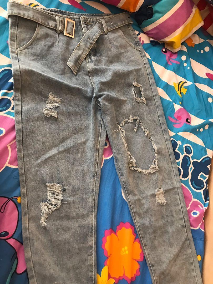 Boyfriend ripped jeans with belt