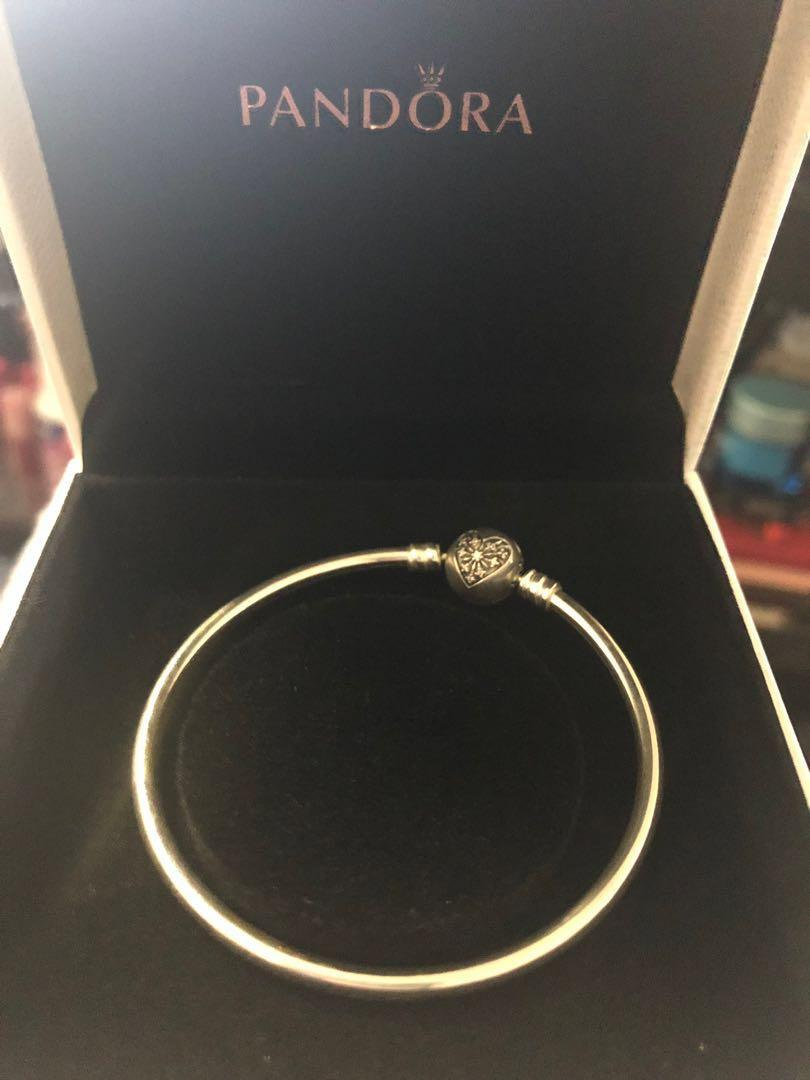PANDORA Limited Edition bangle with snowflake heart clasp