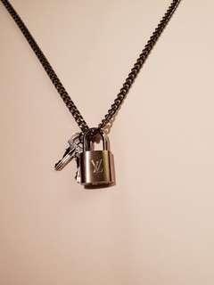 🚚 Louis Vuitton padlock and keys