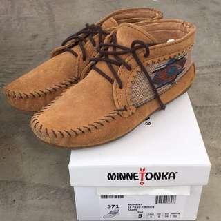 Minnetonka 莫卡辛 沙棕色麂皮刺繡短靴