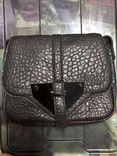 🚚 Black textured sling bag