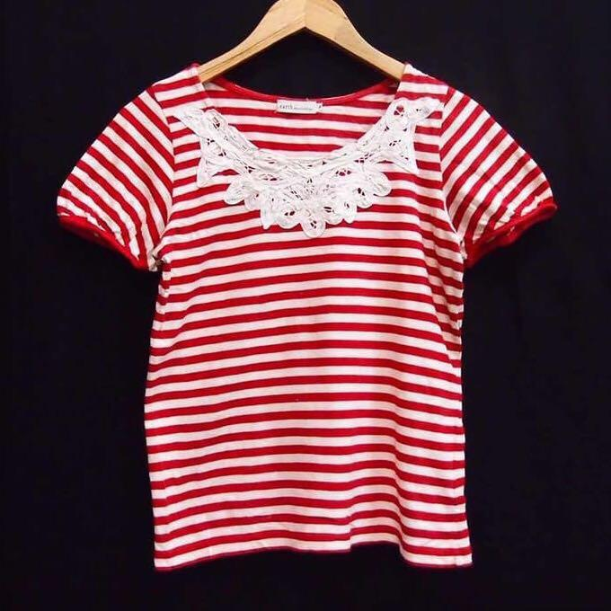 EARTH MUSIC & ECOLOGY Lace Fringe Neck Striped Tee Blouse (Red)