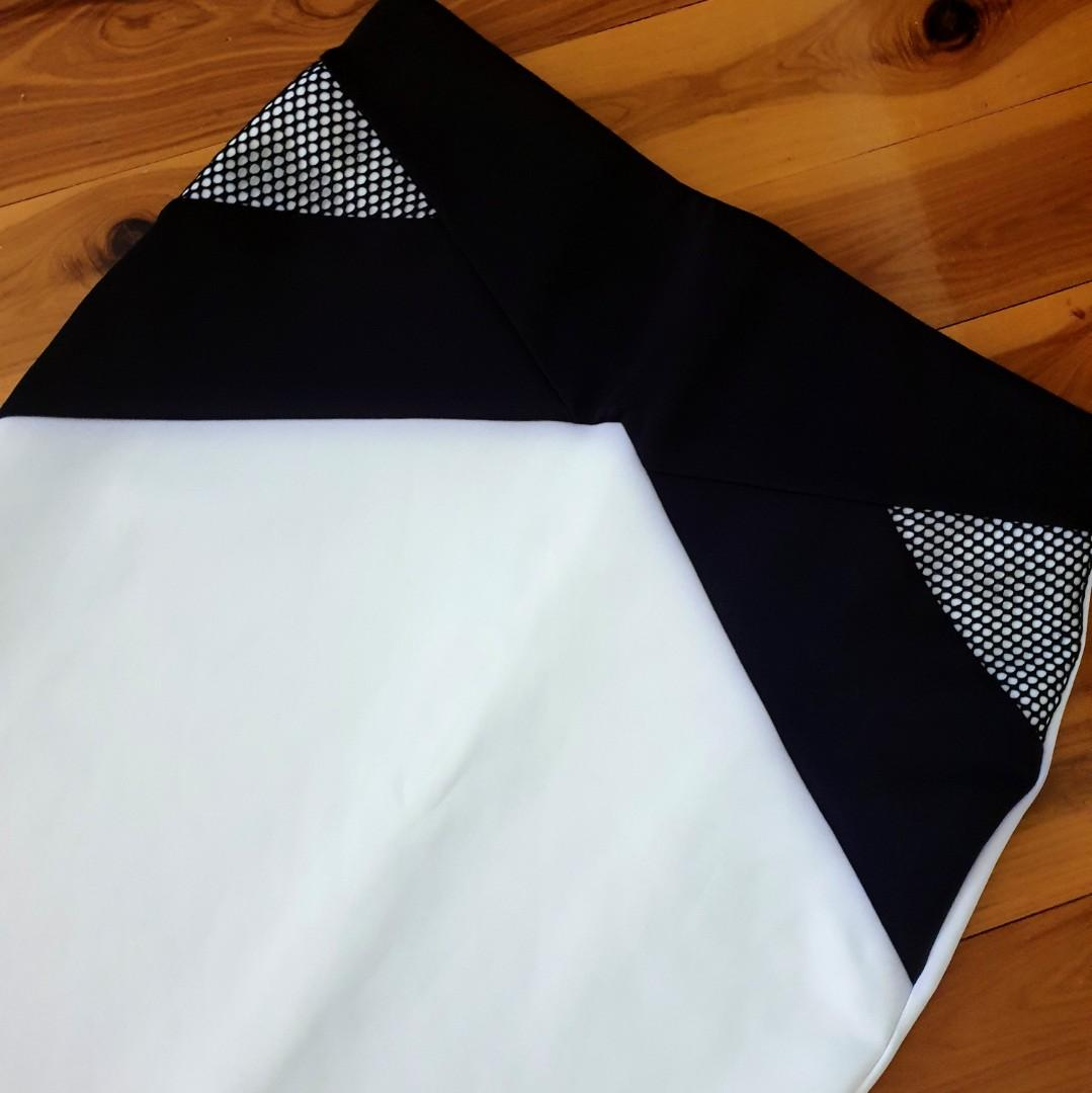 Women's size M 'STORIES BY KELLY OSBOURNE' Stunning white & black bodycon skirt - AS NEW