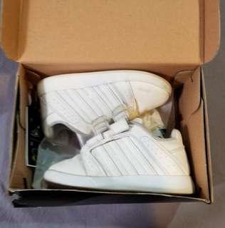 兩對白色波鞋