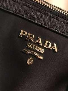 🚚 Prada專櫃正品黑色高質感手提包,親戚在搬家整理出,全新未使用,原價專櫃2萬多,保卡及背帶遺失,不介意再下標!誠可小議!底部長34cm,寬15cm,高28cm!