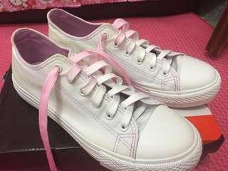 sepatu sport putih