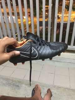selling a pair of nike tiempo