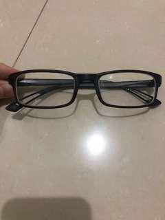 Kacamata ringan sekali cocok untuk yang tdk suka pakai kacamata berat