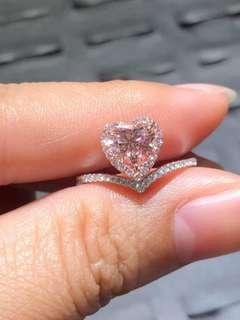 Krystle Hung洪婕玓:80萬粉紅鑽石戒指,待議(明星周婷婷節目上配戴)