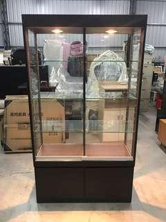 胡桃色玻璃推門展示櫃