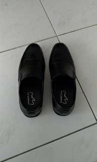 🚚 時尚皮鞋,半牛皮9,9新