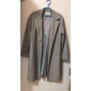 灰色長版大衣