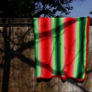 西瓜色漸層簍空大型毛線毯(照片取自網路)
