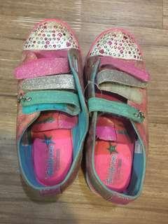 童鞋S品牌,約32碼小ㄧ二可穿還會發亮喔,我沒清洗過請媽咪清、原價不便宜