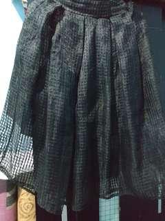 Rok Mini hitam dalam furing