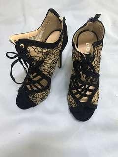🚚 蕾絲高跟鞋