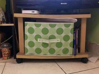 Meja TV dengan roda