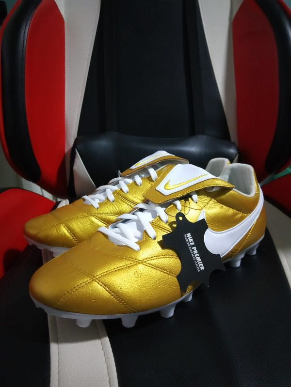 Misterio Guijarro Ardiente  Nike premier 2.0 gold and white 10 US, Sports, Sports Apparel on Carousell