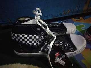 Sepatu skolah