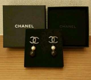 Chanel earrings black and white 耳環