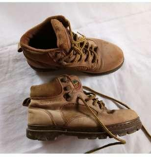 Vintage Boots Land Rover