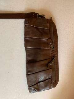 Initial 真皮clutch bag
