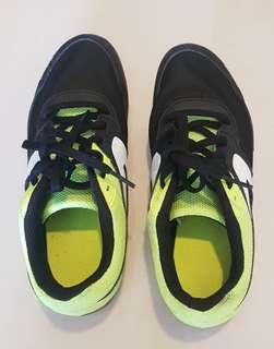 Running track shoes with spikes