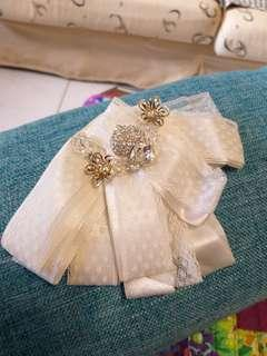 🧚♀️緞帶加蕾絲雙層白色加小鑽片。胸花針夾2用。手作品。搭圍巾漂亮也可當髮飾,襯衫領口装飾。$490