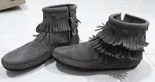 MINNENTONKA DOUBLE FRINGE SIDE ZIP BOOT