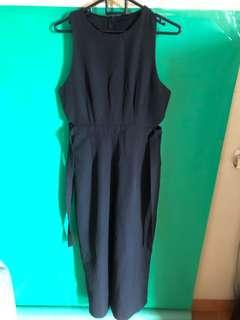 Jumpsuit hitam beraksen di pinggang
