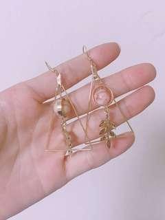 🚚 金三角帶葉紅色天然石垂釣耳環
