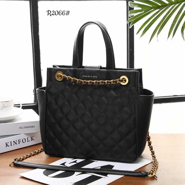 Ck Blush Chain Detail Quilted Tote Bag R2066#  H 450rb  Bahan kulit (caviar quilted leather) Dalaman kain satin Kwalitas High Premium AAA Tas uk 26x10x25cm Berat 1,1kg  Warna : -Babypink -Beige -Black