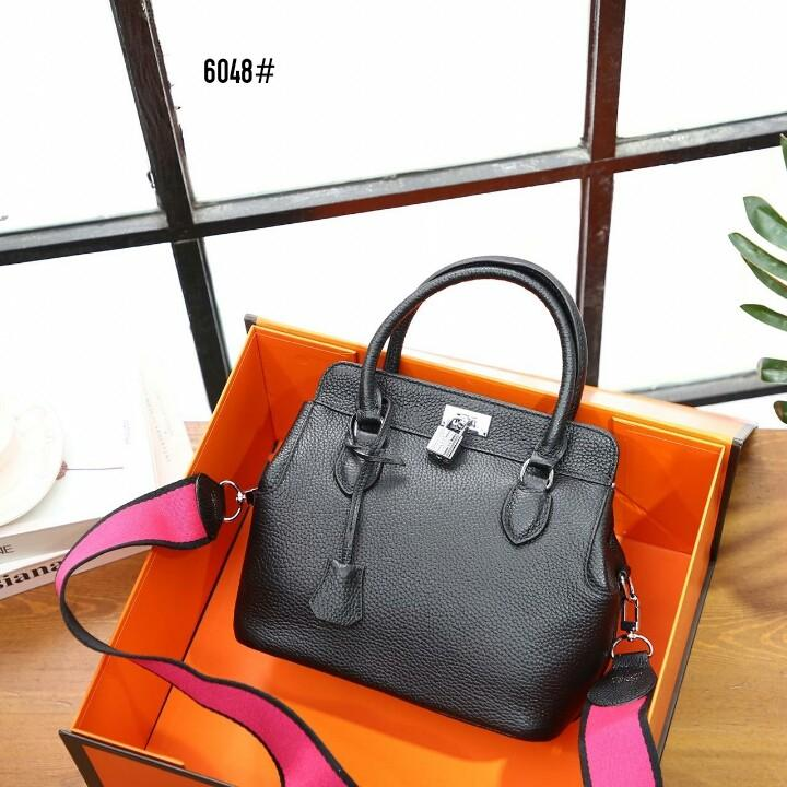 H. Toolbox Bag 6048#  H 850rb  Bahan kulit (pebbled calfskin leather) Kwalitas High Premium AAA Tas uk 24x15x22cm Berat dengan box 3 kg  Warna : -Black -Brown -Khaki -Maroon Include Box Hermes