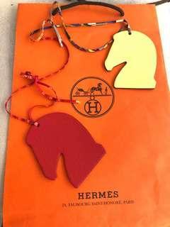 🚚 全新HERMES馬頭雙面雙色絲巾繩吊飾(紅/黃兩色)